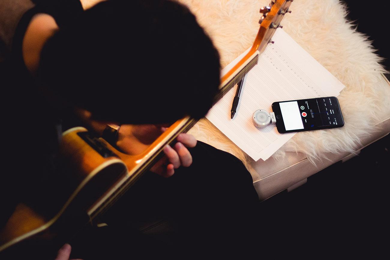 Lolly iPhoneに取り付けるだけで臨場感と音の広がりを実現する小型ポータブルマイク